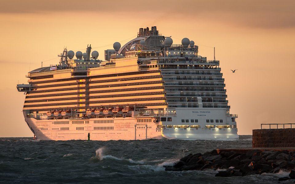 Krydstogtskib der sejler mod solnedgangen