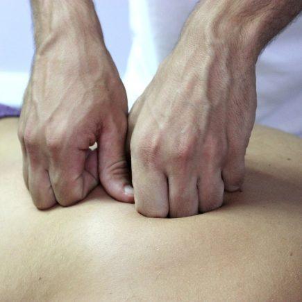 En mand får massage